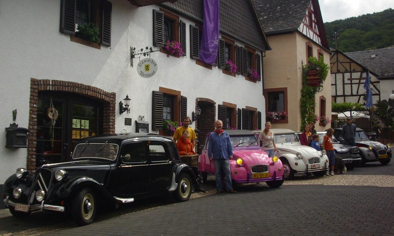 Enten Treffen Oldtimer vor dem Flämischen Weinhaus